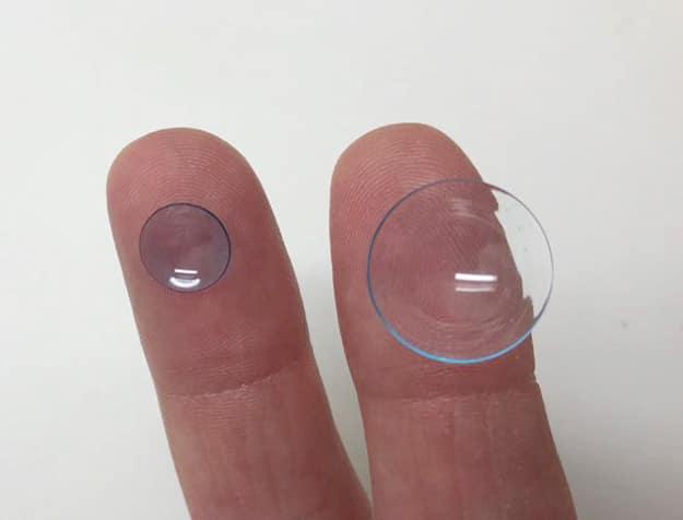 Lente de contato rígida convencional à esquerda e lente escleral à direita.